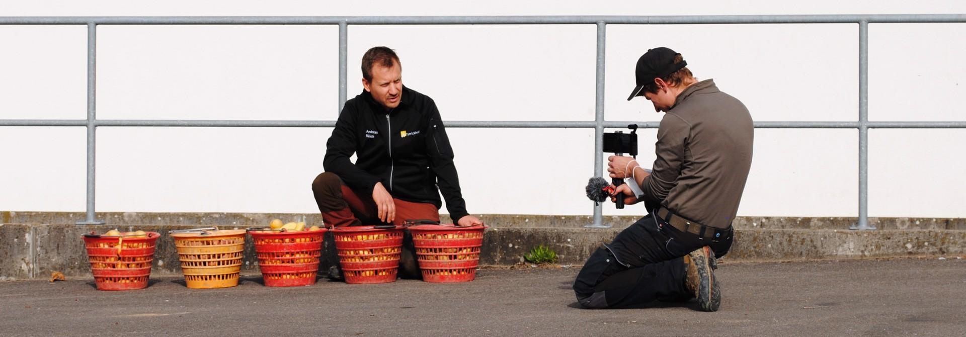 Andreas Ru00fcsch und Daniel Von Ballmoos beim Aufnehmen einer Videosequenz. Andreas Ru00fcsch versichert im Interview, dass trotz der Attraktivitu00e4t von Fachvideos Flurbegehungen weiterhin stattfinden werden, weil die Gespru00e4che mit und unter den Landwirten sehr wertvoll und durch nichts zu ersetzen seien.>