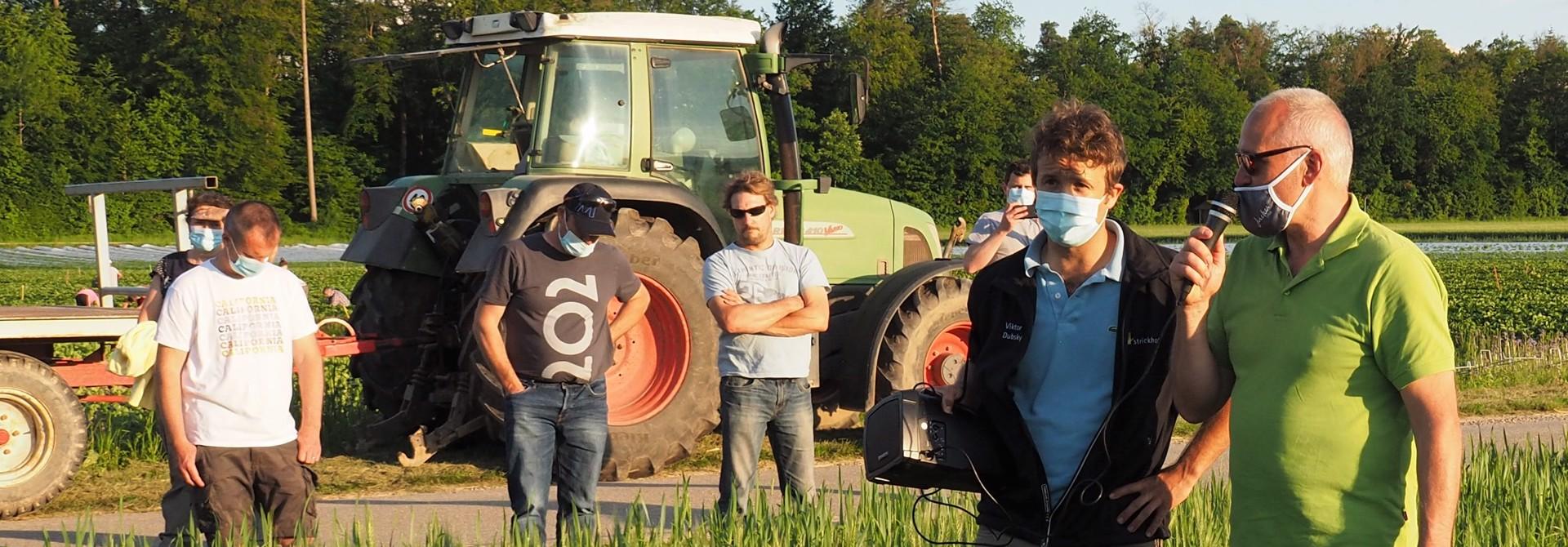 Robert Courth (r.), Produktionsleiter am Spargelhof, zeigt den Sommerweizen mit Untersaat>