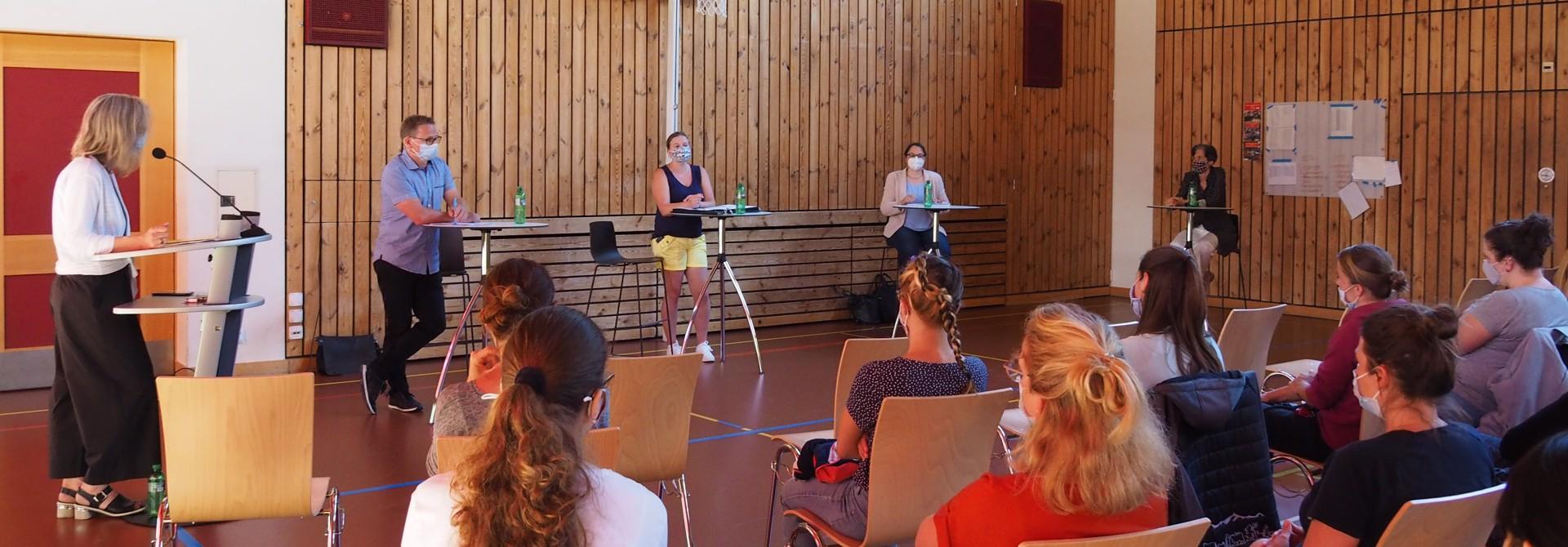 Das Podium (v.l.) mit Moderatorin Sibylle Weidmann und den Gu00e4sten Martin Hu00fcbscher, Manuela Meier, Salome Horber und Johanna Schaufelberger.>