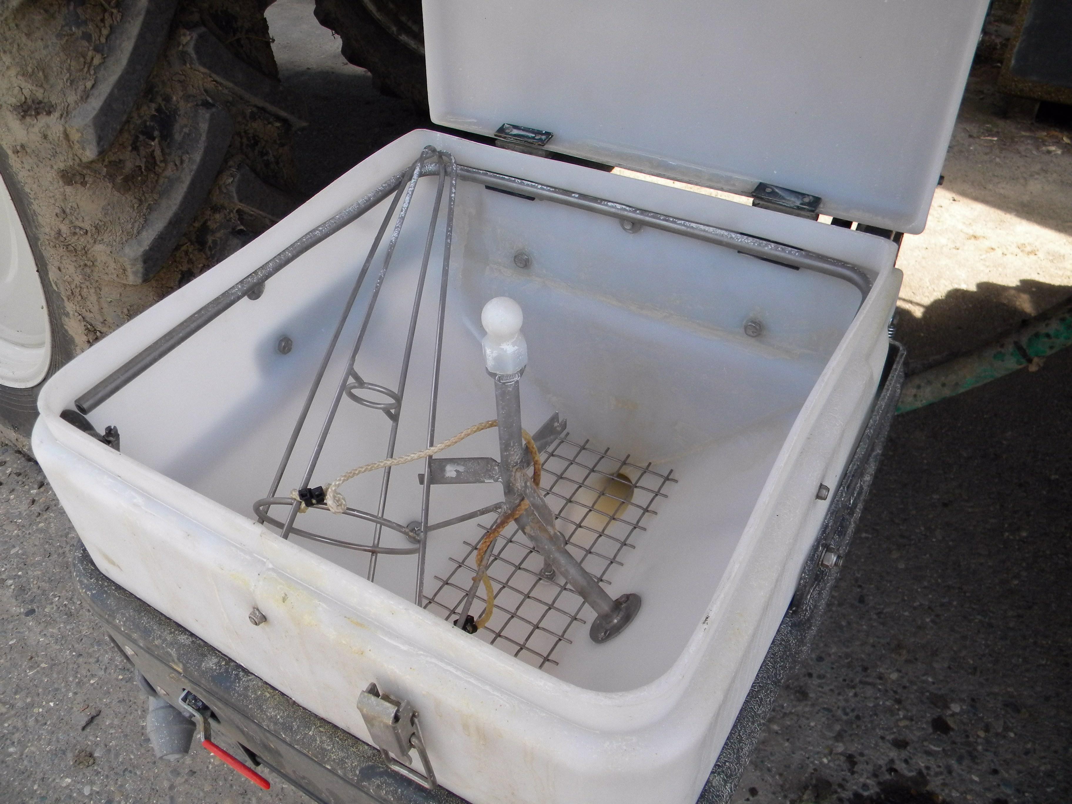 Pflanzenschutzspritze beim Füllen mit Frostschutz die Einspülwanne nicht vergessen
