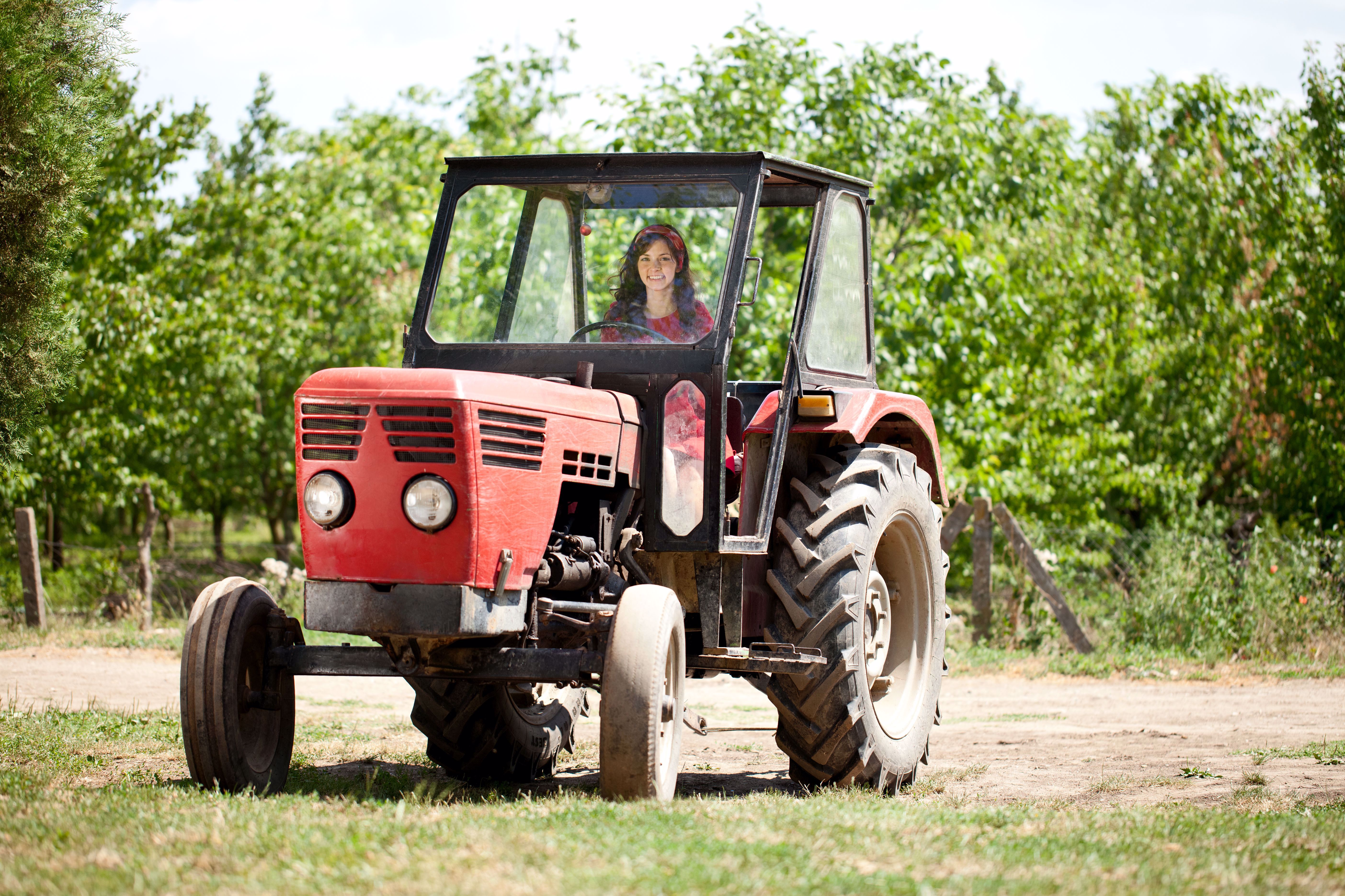 Bäuerin auf Traktor