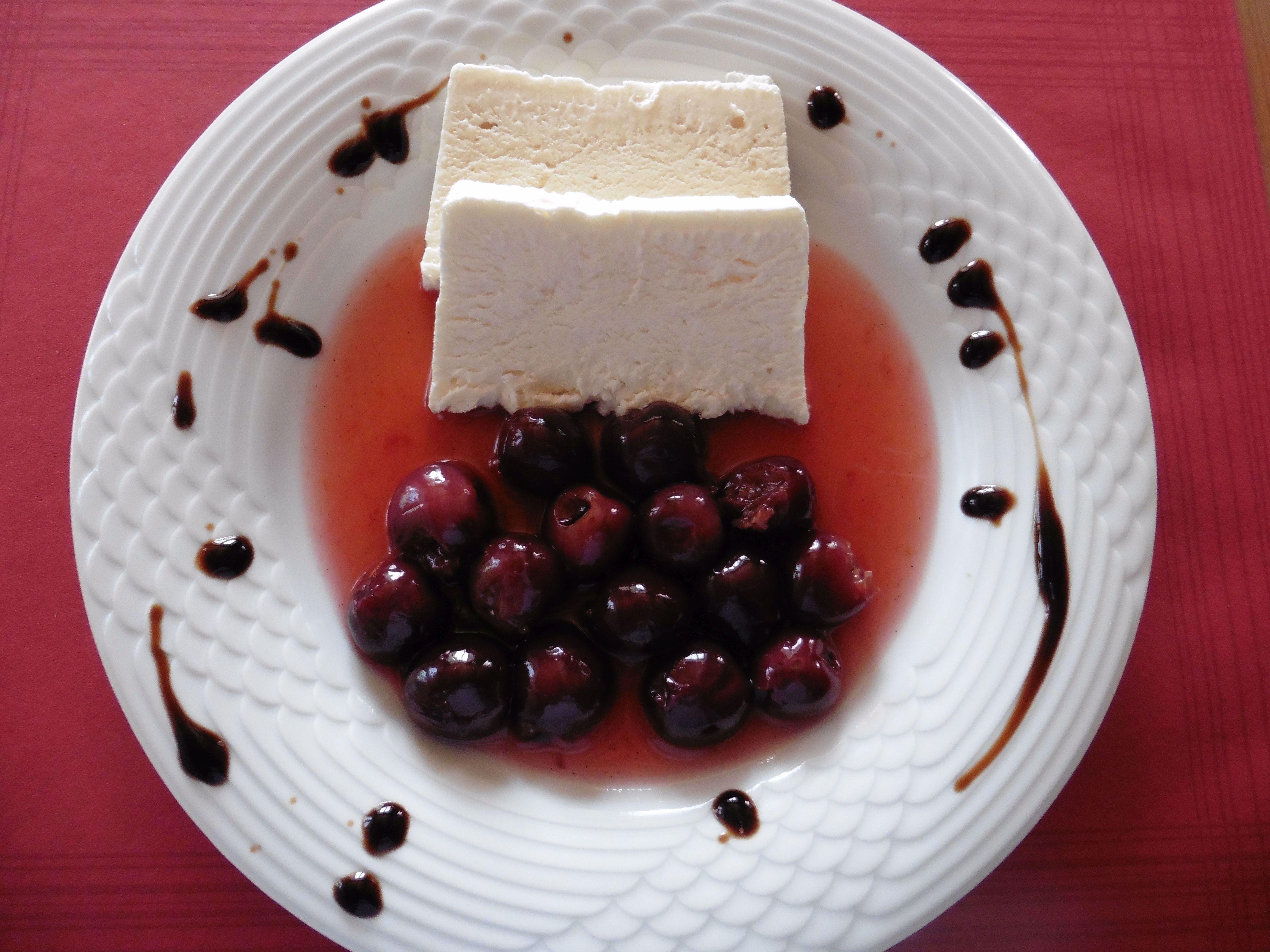 Honigparfait mit Kirschenkompott